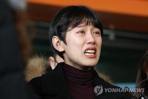 Hot girl Hàn bị 20 gã đàn ông xâm hại tình dục nức nở khi rời tòa