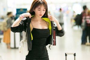 Ngọc Trinh diện váy bó sát khoe trọn đường cong tại sân bay