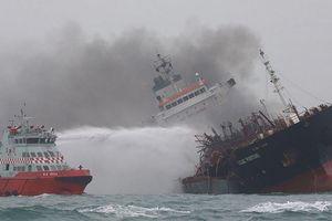 Vụ tàu cháy trên biển Hong Kong: 2 thuyền viên vẫn biệt vô âm tín