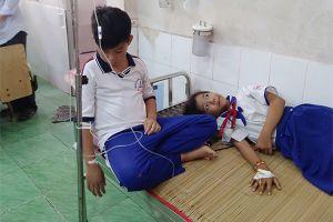 Hàng chục học sinh nhập viện sau khi xúc miệng bằng dung dịch Fluor