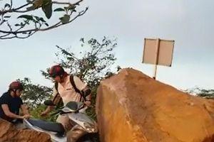 Tiềm ẩn sạt lở ở bán đảo Sơn Trà, du khách vẫn liều mình tham quan