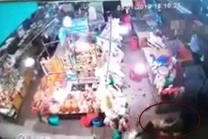 Người đàn ông 'cuồng ghen' cầm dao truy sát, đâm gục người tình tại chợ