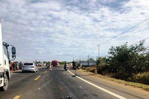 Tông vào xe tải bị tai nạn giữa đường, thiếu nữ cùng 2 em ruột tử vong thương tâm