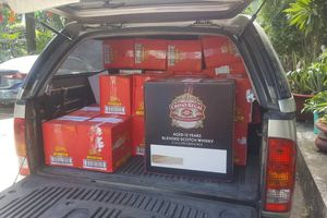 Xe biển số đỏ chở số lượng lớn rượu ngoại lậu