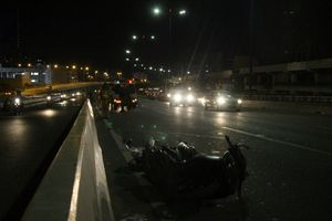 Liều chạy vào làn ô tô trên cầu Sài Gòn, 1 người chết, 2 người bị thương