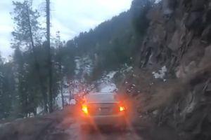 Đang đi trên đường đèo, ôtô bất ngờ rơi xuống vực