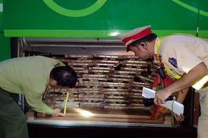 2 xe khách giấu hơn chục mét khối gỗ trong khoang hành lý