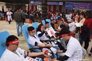 Hơn 1.000 cán bộ y tế Nghệ An hiến máu tình nguyện tại ngày hội 'Giọt hồng Blouse trắng'