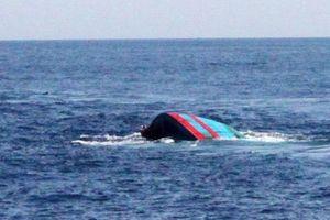 Tích cực tìm kiếm 10 thuyền viên mất tích trên biển