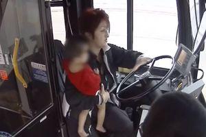 Hành động ấm áp của nữ tài xế khi thấy đứa trẻ 1 tuổi mặc phong phanh giữa trời âm độ