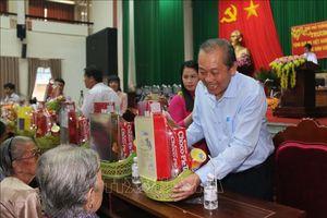 Phó Thủ tướng thăm, tặng quà Mẹ Việt Nam Anh hùng tỉnh Vĩnh Long