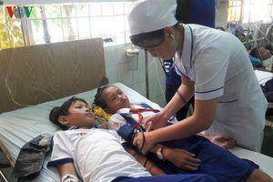 Học sinh ở Cà Mau nhập viện vì nước súc miệng: Do cán bộ hướng dẫn?