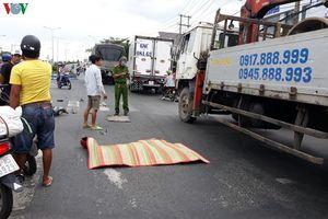 Hai xe máy đâm nhau, 1 người văng ra đường bị ô tô tải cán chết