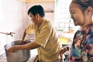 Người đàn ông bán trái cây dành nửa đời nấu cơm từ thiện