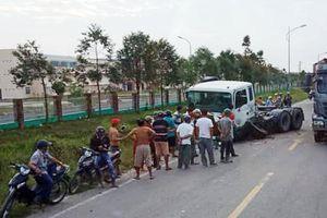 Ôtô chở hiệu trưởng bị xe container tông gần cổng trường