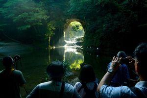 Hang động ở Nhật Bản phản chiếu hình trái tim khi có nắng xuyên qua