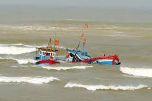 Tàu cá chìm trên biển Bình Thuận, 2 ngư dân mất tích
