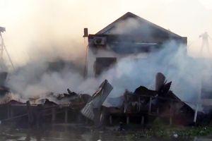 Nhiều nhà dân cháy rụi sau khi hai tàu cá phát hỏa