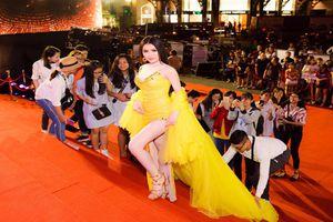 Thư Dung khiến khán giả bức xúc khi làm trò lố trên thảm đỏ Mai Vàng 2018