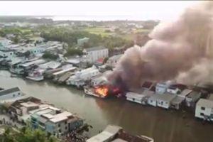 Tàu cá trên kênh giữa thành phố bất ngờ bốc cháy dữ dội, cháy lan khu phố
