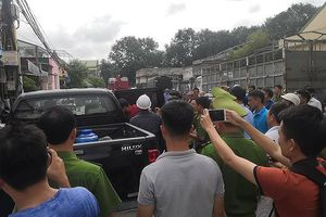 Cảnh sát khống chế người đàn ông nghi ngáo đá bế con 'dạo phố' Hà Nội