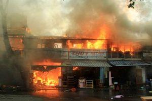 Cháy tàu cá rồi lan sang nhà dân thiêu rụi nhiều tài sản