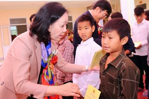Giúp trẻ em dân tộc Đan Lai vơi bớt khó khăn khi đến trường