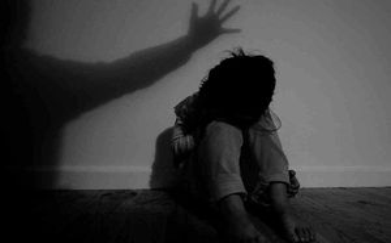 Bế con gái 9 tuổi của bạn lên giường hiếp dâm khi được nhờ trông nhà