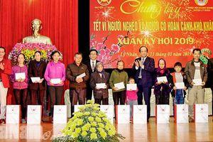 Tặng quà Tết cho người nghèo Hà Nam