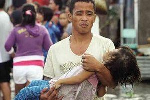 Giải thoát bé gái 4 tuổi bị người cha ngáo bế 'lang thang trên phố'