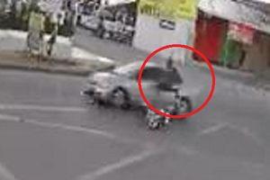 Clip: Vừa tự ngã xe máy, cô gái xui xẻo tiếp tục bị ô tô tông bay người