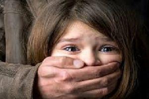 Giải cứu bé gái 4 tuổi bị bố 'ngáo đá' khống chế trên phố Hà Nội