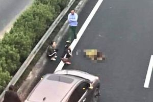 Đi bộ qua cao tốc, người đàn ông bị xe đâm tử vong