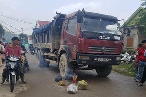 Chạy ra đường trong giờ học, bé gái bị xe tải cán tử vong