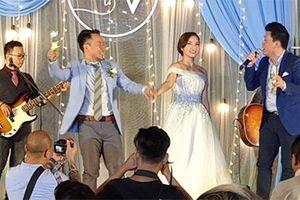 Đinh Tiến Đạt nắm tay vợ hát tưng bừng tại đám cưới