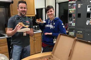 Không được trả lương, nhân viên không lưu Mỹ được đồng nghiệp Canada 'tiếp tế' pizza