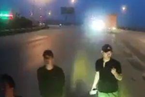 Truy tìm nhóm thanh niên đập kính, 'ăn vạ' trước đầu ô tô trên quốc lộ 1A