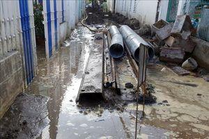 Người dân bức xúc vì đơn vị thi công làm vỡ đường ống nước