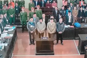 Đang xét xử vụ án vụ án 'chạy thận tử vong' ở Hòa Bình