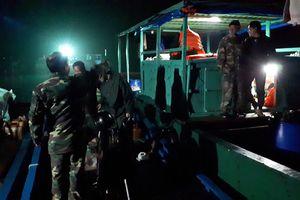 Đồn Biên phòng đảo Trần cứu 2 bố con ngư dân gặp nạn trong đêm