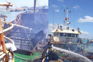 Tàu cá vỏ thép cháy ngùn ngụt trên biển ở Khánh Hòa