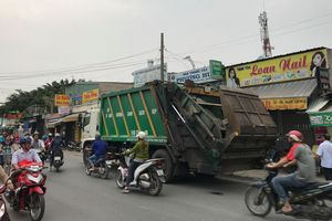Va chạm với xe chở rác, hai thanh niên bị cán tử vong ở Sài Gòn