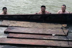 Phát hiện ghe máy vận chuyển gỗ lậu trên sông Vu Gia