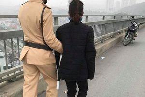 Buồn chuyện gia đình, 1 phụ nữ định nhảy cầu Bãi Cháy tự tử