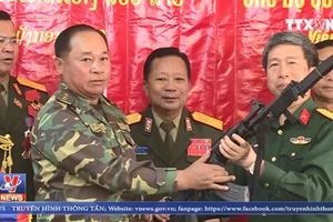 Quá tự hào, Việt Nam bàn giao súng trường Galil ACE cho Lào
