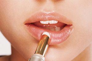 Mẹo giúp đôi môi nứt nẻ trở nên hồng hào, căng mịn