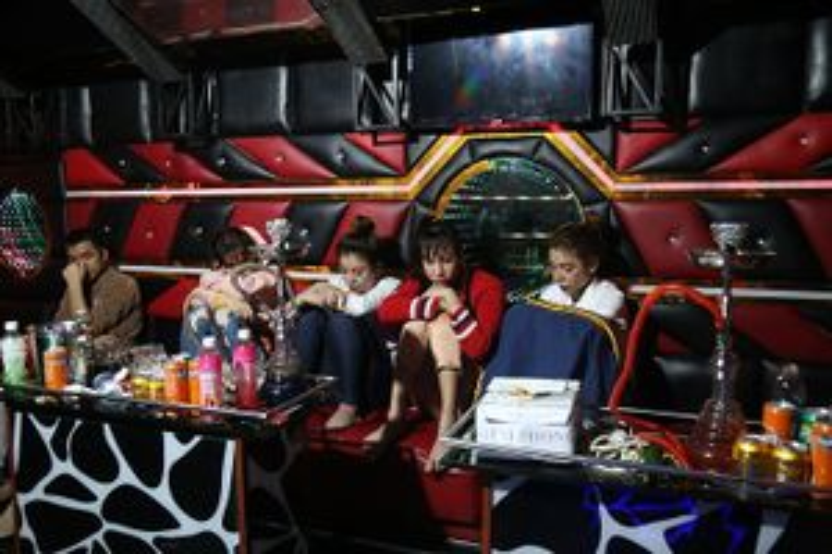 Nhóm 'nam thanh nữ tú' tổ chức tiệc ma túy ở quán karaoke