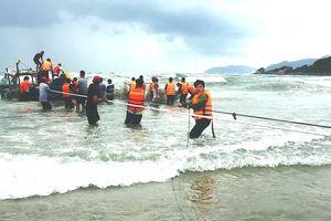 Hơn hai giờ vật lộn sóng lớn cứu hộ thuyền chìm trên biển