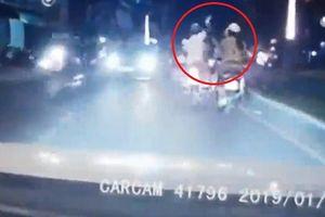 Dùng điện thoại khi đi xe máy, cô gái bị cướp giật phăng trong một nốt nhạc