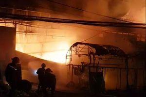 Long An: Người dân đập tường giải cứu 4 người mắc kẹt trong hỏa hoạn